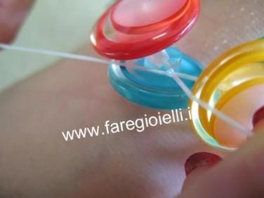 come-fare-braccialetto-con--bottoni-ed-elastico