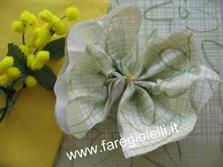 origami-fiore-con-tovagliolo-carta