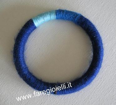 braccialetto con fili di lana